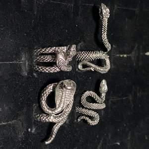 Olika fina ringar med ormar. Min kompis gjorde ett fel köp därav säljs dem nu! Den med två huvuden är justerbar! Annars är dem mellan 16-20 mm stora. Köp en eller alla för 100 kr! 💯
