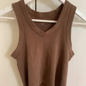 ett brunt brandy linne, nyskick o utan någon skada eller liknande, säljer då den är för stor :( har ni frågor är det bara att skriva privat, köpare står för frakt 💕