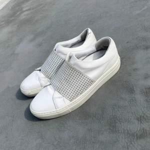 Sjukt snygga skor från Rizzo! Köptes för 1500kr om jag minns rätt, men de är ganska slitna som man ser på bilderna, därav priset! Säljs pga för små :(( 💕