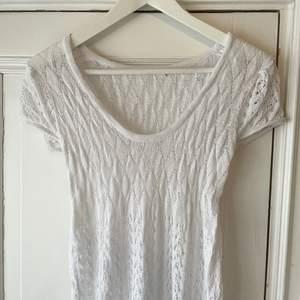 HUR SÖT är inte denna? Tunn stickat vit klänning som är elastisk. Står varken märke eller storlek men den är väldigt vintage och passar nog bra på XS till M ✨🤍🌼 Passar perfekt till sommaren och student etc 🤍 (spårbar frakt 66kr, utan spårbart 49kr) 📦