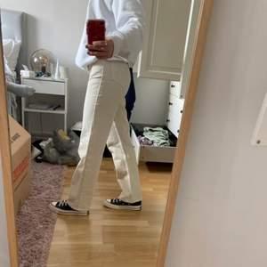 Lägger upp igen då köparen drog sig ur. Riktigt najs beiga byxor från weekday i modellen Rowe som är perfekta till sommaren 😍  Använda endast en gång.