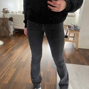 Lågmidjade jeans från zara. Skitsnygga men är lite för små för mig eller för tajta skulle jag nog säga för min smak. Älskar dock hur dom sitter vid midjan. Storlek 34. Köptes på plick. Säljer för 100kr