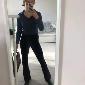 Sjukt snygga bootcut jeans från Gina Tricot! Väldigt stretchiga och sköna. Jag brukar ha S/M, är 174 cm, och dessa passar mig bra.Köparen står för frakten ❤️