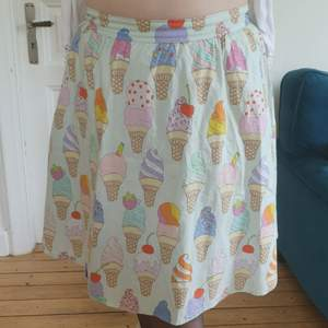 Mintgrön kjol med glassar storlek L (liten)