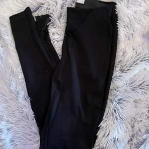 Säljer ett par leggings med slits på båda sidorna. Går att stänga. Strl S från Na-kd