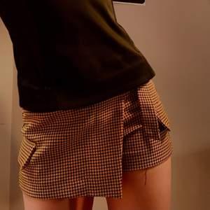 Knappt använd Cluelessliknande shortskjol från Bershka. Säljer p.g.a. växte ur den. Frakten ingår ej. (Tråd på första bilden är från tröjan)