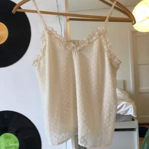 Ett äggskalsvitt linne från bikbok. Skriv för fler bilder eller vid frågor!!