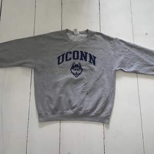 Skick 7/10. Dock en liten liten fläck på tröjan. Går säkert att få bort.                                                                   Storlek L men kan vara som en liten oversized M.