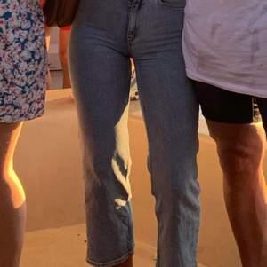Jättefina jeans från Carin Wester. Sitter smickrande på kroppen och passar till allt. Kortare i modellen💖