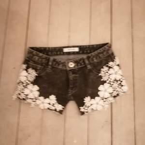 Super snygga jeans shorts i stl 34 men passar en 36 också använda fåtal gånger