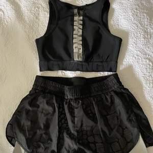 Säljer nu detta set!! Shorts strl 36 & sporttopp strl 34🖤 även i reflex så lyser i mörker!