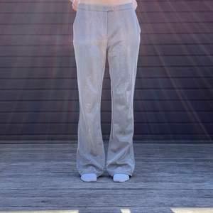 Så snygga silverskimriga lågmidjade kostymbyxor i storlek S. Skick 10/10. Köparen står för frakt💕