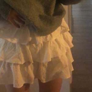 Lägg bud i kommentarerna💓Super fin vit volang kjol som tyvärr bara ligger i garderoben då den är för liten. Passar bäst på nån med smal midja🌸 Om mpnga är intresserad blir de budgivning