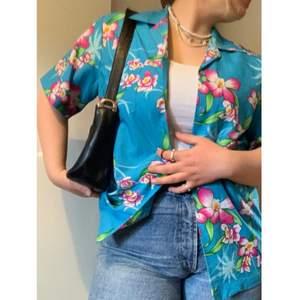 Hawaii-skjorta köpt second hand! Väldigt tropical 🌸🌺 och färgglad. :) Den sitter som en M och har en oversized look. Helt felfri - inga fläckar eller andra defekter. 🤪