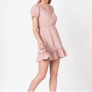 Helt oanvänd klänning perfekt till sommaren, passar S-M