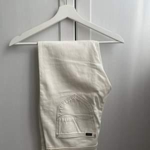 Vita lee jeans som sitter fint! Ursprungspris 999kr men mitt pris är 299kr. Använda men fortfarande i bra skick.
