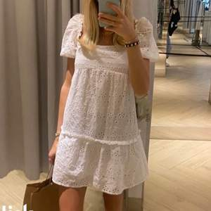 Finns det någon som skulle vara intresserad av denna populära slutsålda klänning från hm i storlek 34? Ej säker på att jag vill sälja men kollar intresset. Säljer till rätt pris! Skriv till mig privat 🤍🤍🤍frakt tillkommer