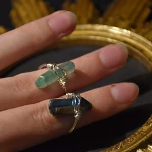 Ringar med råa kristaller. Ljust gröna eller mörkt gröna, färgade bergskristaller :) görs efter din storlek!
