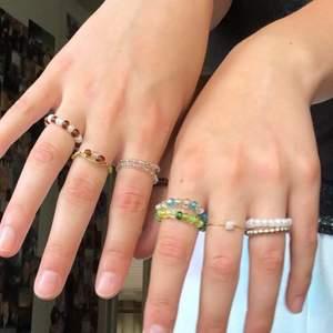 Jag vill se om det finns något intresse för hemgjorda ringar! Jag gör dem själv och kan fixa i rätt storlek för alla dem som vill🤍 Säg bara till vad ni vill ha för färger mm. !! Jag säljer ringarna för 30 kr st :)