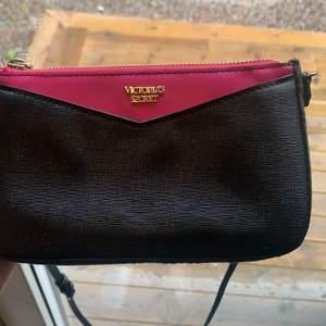 En Victoria secret väska, nästan aldrig använd. Bandet är avtagbar och även justerbar. Köparen står för frakt. 119kr+frakt 🤍