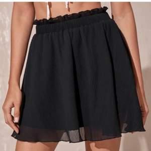 Säljer denna kjolen som jag köpte på plick då den är för liten för mig som är 174. Säljer direkt för 100 kr + frakt!💞 Superfin nu i sommar!
