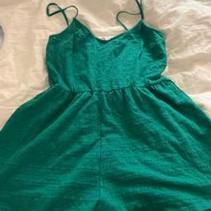 Just nu säljer jag en grön jumpsuit, den är somrig och är en slags grön färg. Storleken är medieum och passar till både små och stora!