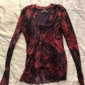 Säljer denna jättefina långärmade mesh tröjan med djurmönster i lika/röd färg, passar perfekt till både fest o vardag💜💜 Möts upp i Sthlm eller fraktar! Skriv för fler bilder