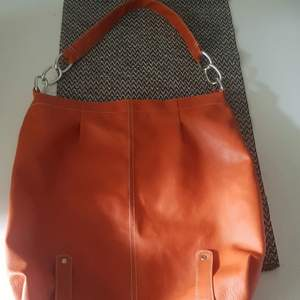 Orange ganska stor väska