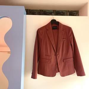 Helt oanvänt rosa kostymset från Stockhlm. Färgen är mer mauve/mörkrosa i verkligheten. Supercoolt! Storlek 36 i båda delar.