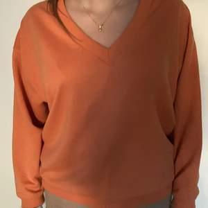 V ringad mysig tjoktröja i orange i mycket fint skick. Köpare står för frakt.🌸