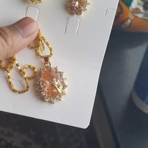 Helt ny guldfärgad halsband med örhengen. Jätte fint halsband ca 50cm