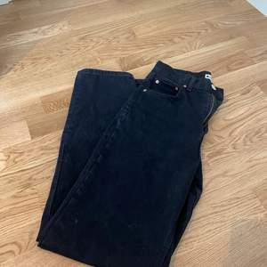 Ett par superfina svarta/mörkgråa wide jeans från Ginatricot i strl 34. Jag är 170 cm, och passar mig perfekt i längden. Hör av er vid eventuella frågor, och om flera bilder önskas. Buda!!🌺💕köparen står för frakten