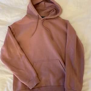 En hoodie från Soc Sportswear i storlek XS. Väldigt fint skick i en gammalrosa färg. Frakt betalas av köparen.