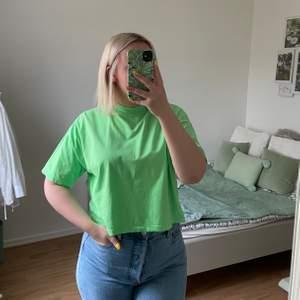 Enkel neongrön T-shirt från ASOS, med hög hals och trekvarts ärm. Kortare modell. Använd EN gång så i fint skick! Storlek 40 men passar en 38 också.