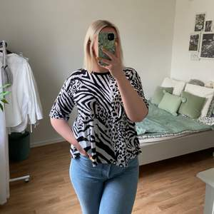 Söt svart & vit T-shirt med blandat djurmönster från ASOS, med peplum stil nertill. Bara använd knappt 3 gånger så i fint skick!