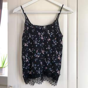 Superfint linne från H&M med spetsdetaljer i stlrk 32! Precis som nytt! Svalt, skönt och fint sommarlinne!
