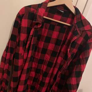 Sjukt snygg oversize skjorta, äkta grunge och 90-tals stil. 🤩 Lumberjack-stuk. Fick av en killkompis för 15 år sedan, han köpte den i USA. Märket är Urban Classics 🤙🏼 Använd flitigt men kvaliteten är toppen, finns inga slitningar eller skador 🥰 Dags att någon annan får glädje av den. Storleken är XXL men jag skulle snarare säga L.