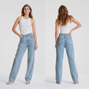 Säljer dessa slutsålda jeansen i storlek 38😍 Nya med prislapp på. Säljer endast pga att de inte passar mig(gravid) 🤰🏻