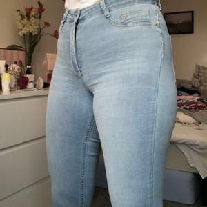 Säljer mina ljusblåa Molly jeans från Gina Tricot. Väldigt fina och stretchiga. Aldrig använda endast testade. Köparen står för frakten men möter även upp i Lund!