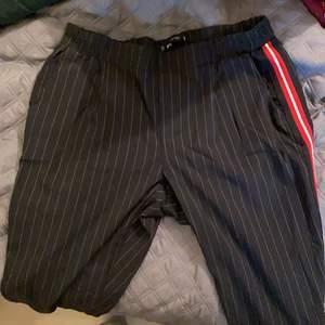 Säljer mina kostymbyxor då jag aldrig använder dom längre. Dom är jättefina och i gott skick. Det är ingen knäppning på dom utan det är resor, jätte stretchiga för att vara kostymbyxor.
