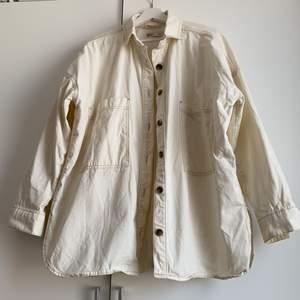 Jeansskjorta/jacka i storlek XS/S men den är väldigt oversized och passar S-L beroende på hur du vill att den ska sitta. Sparsamt använd!