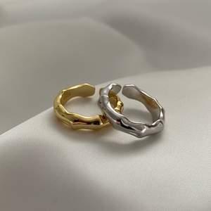Vi säljer just nu 'AMORE' i både guld och silver. Ringen är i Sterling Silver 925 och den guldfärgade ringen är pläterad med 18K. Båda ringarna är justerbara och passar vardera finger. Kika in @alaiauf för mer info🤍