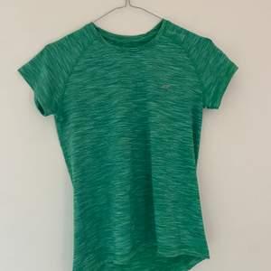 Grön tränings t-shirt i bra kvalitet. Då det är brist på plats i garderoben rensar jag ut! Passar mig som vanligtvis är xs/s