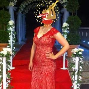 Jättevacker röd långklänning, köptes inför ett bröllop för 2000 kr. Handsydda pärlor vid urringningen.