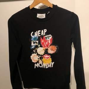!!!Säljer denna supersnygga sweatshirt från Cheap Monday i strl xs. Passar mig som vanligtvis bär S. Går inte o få tag på. Är i jättegott skick och endast använd ett fåtal gånger!!!!.🤎