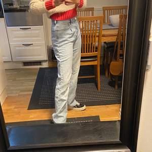 Baggy ljusblåa jeans från mango😁😁 Dom är i storlek 34 men skulle säga att dom passar 36-38 bättre. Väldigt långa, jag är 170 och har lite högre skor på mig i bilden💞🕺🏽 Väldigt sparsamt använda så jättebra skick!!