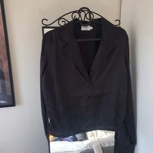 Säljer denna superfina blus/skjorta från misslisibells ena kollektion med NA-KD då den tyvärr inte kommer till användning :( Storlek 40, endast testad. Nypris 199kr