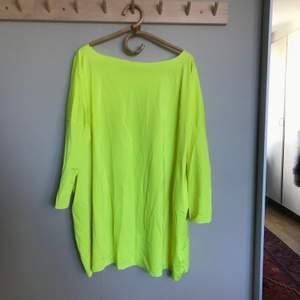 Snygg tröja som funkar lika bra till byxor som att använda som klänning! Köparen står för frakten!
