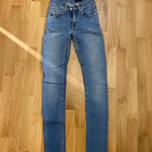 Säljer dessa jeans då jag inte använder dom lika mycket längre. Storlek och modell ser ni på bilden. Ordinare pris ca 1300kr. Säljer för 180kr jag står ej för frakt. Skriv om ni vill ha bilder på hur dom sitter på.