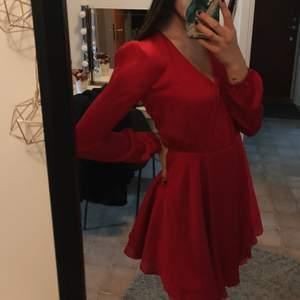 Jättefin röd klänning från Bikbok. Köparen står för frakten 🥰